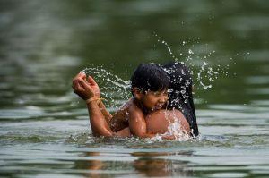 Palmas (TO) - Mãe e filho tomam banho durante as provas de natação e canoagem no Ribeirão Taquaruçu (Marcelo Camargo/Agência Brasil)